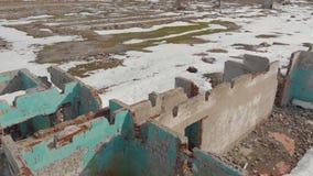 Τούβλο που καταστρέφεται παλαιό να ενσωματώσει το χειμώνα Εναέρια άποψη, το κτήριο χωρίς μια στέγη του τούβλου απόθεμα βίντεο