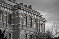 τούβλα που χτίζουν το παλαιό κόκκινο προσόψεων Στοκ Φωτογραφίες