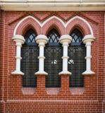 Τούβλινος τοίχος και λεκιασμένο παράθυρο γυαλιού στον ιερό καθεδρικό ναό τριάδας σε Yangon, το Μιανμάρ, Βιρμανία στοκ φωτογραφία