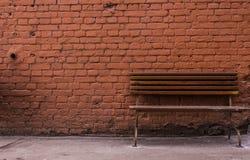 Τούβλινοι τοίχος και πάγκος Στοκ φωτογραφίες με δικαίωμα ελεύθερης χρήσης