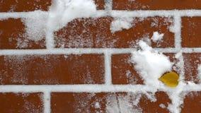 Τούβλινος τοίχος με το χιόνι φιλμ μικρού μήκους