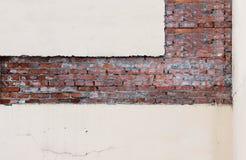τούβλινο και ρόδινο ασβεστοκονίαμα σύστασης, το οποίο αντιμετωπίζεται σε μια αυστηρά γεωμετρική μορφή για τις περαιτέρω επισκευές Στοκ Εικόνα