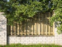 Τούβλο και ξύλινος φράκτης στο σπίτι Στοκ φωτογραφίες με δικαίωμα ελεύθερης χρήσης