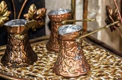 Τούρκοι καφέ - παραδοσιακοί αραβικοί επιτραπέζιοι διορισμοί στοκ εικόνες