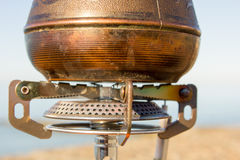 Τούρκος με τον καφέ σε έναν καυστήρα αερίου Στοκ εικόνες με δικαίωμα ελεύθερης χρήσης