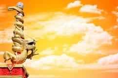 Το άγαλμα δράκων κυλά τη στήλη με τον ουρανό ηλιοβασιλέματος Στοκ Εικόνα