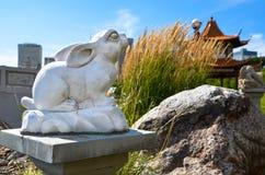 Το άγαλμα κουνελιών τεμπελιάζει δύο στοκ εικόνες