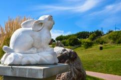 Το άγαλμα κουνελιών τεμπελιάζει δύο στοκ φωτογραφία με δικαίωμα ελεύθερης χρήσης