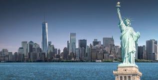 Το άγαλμα της ελευθερίας με ένα υπόβαθρο του World Trade Center, ορόσημα της πόλης της Νέας Υόρκης στοκ φωτογραφίες