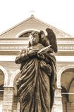 Το άγαλμα του ST John ` s μπροστά από τη βασιλική καθεδρικών ναών του ST John ` s Στοκ Φωτογραφίες
