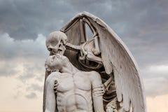Το άγαλμα φιλιών της ζωής στο νεκροταφείο Poblenou στοκ εικόνες