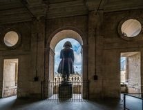 Το άγαλμα Bonaparte Napoleon στα invalides υποστηρίζει την άποψη στοκ εικόνες