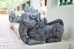 Το άγαλμα ελεφάντων διακοσμεί την είσοδο του ταϊλανδικού ναού Στοκ φωτογραφίες με δικαίωμα ελεύθερης χρήσης