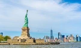 Το άγαλμα της ελευθερίας και του Μανχάταν, πόλη της Νέας Υόρκης Στοκ Εικόνες
