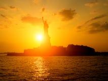 Το άγαλμα της ελευθερίας στο ηλιοβασίλεμα Στοκ Εικόνες