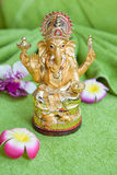 Το άγαλμα της θεότητας Ganesh σε ένα πράσινο υπόβαθρο Στοκ Φωτογραφία