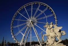 Το άγαλμα του βασιλιά της φήμης που οδηγά Pegasus στη θέση de Λα Concorde με τα ferris κυλά στο υπόβαθρο, Παρίσι, Γαλλία Στοκ Εικόνες
