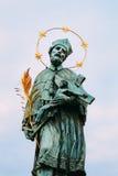 Το άγαλμα του ST John Nepomuk στη γέφυρα του Charles στην Πράγα Στοκ Εικόνα