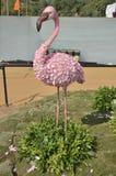 Το άγαλμα φλαμίγκο στο λουλούδι παρουσιάζει, Ahmedabad Στοκ Φωτογραφίες