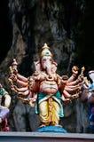 Το άγαλμα Ganesha ινδός ένας deitiy στη στέγη του ναού μέσα σε Batu ανασκάπτει Σπηλιές Batu - ένα συγκρότημα των σπηλιών ασβεστόλ Στοκ εικόνες με δικαίωμα ελεύθερης χρήσης
