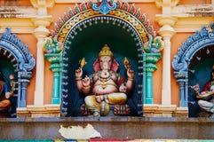 Το άγαλμα Ganesha ινδός ένας deitiy στη στέγη του ναού μέσα σε Batu ανασκάπτει Σπηλιές Batu - ένα συγκρότημα των σπηλιών ασβεστόλ Στοκ Εικόνες