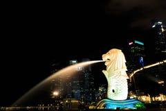 Το άγαλμα merlion τη νύχτα Στοκ Εικόνα