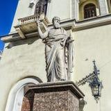 Το άγαλμα StPaul κοντά στην είσοδο στη λουθηρανική εκκλησία στοκ φωτογραφία