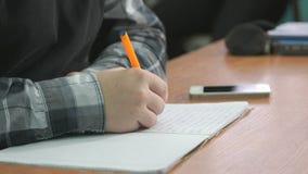 Το άγνωστο άτομο γράφει το κείμενο χρησιμοποιώντας τη μάνδρα στο σημειωματάριο απόθεμα βίντεο