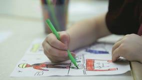 Το άγνωστο μικρό κορίτσι χρωματίζει τις εικόνες με την πίλημα-άκρη απόθεμα βίντεο