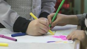 Το άγνωστο μικρό παιδί χρωματίζει τις εικόνες με την πίλημα-άκρη φιλμ μικρού μήκους