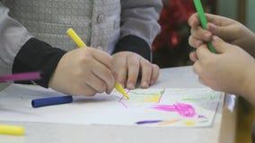 Το άγνωστο μικρό παιδί χρωματίζει τις εικόνες με την πίλημα-άκρη απόθεμα βίντεο
