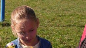 Το άκουσμα κοριτσιών εφήβων πορτρέτου εξηγεί στα ενήλικα άτομα με τις χειρονομίες στη θερινή ημέρα απόθεμα βίντεο