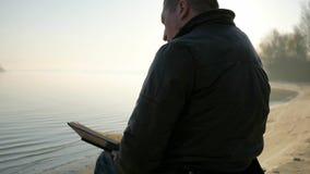 Το άκυρο άτομο διαβάζει τη Βίβλο, πίστη στο Θεό, πίστη στο μέλλον, καρέκλα ροδών, άνθρωποι απόθεμα βίντεο