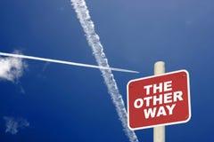 Το άλλο σημάδι του σταυρού τρόπων με τα αεριωθούμενα ίχνη έναν μπλε ουρανό στοκ φωτογραφία με δικαίωμα ελεύθερης χρήσης