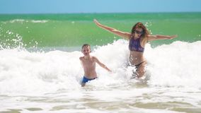 Το άλμα μητέρων και γιων στη θάλασσα στα κύματα, έχει η διασκέδαση απόθεμα βίντεο