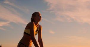 Το άλμα νέων κοριτσιών εξυπηρετεί την πετοσφαίριση στην παραλία, σε αργή κίνηση απόθεμα βίντεο