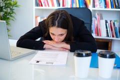 Το άνεργο κοίταγμα γυναικών το βιογραφικό σημείωμά της επαναλαμβάνει στοκ εικόνες
