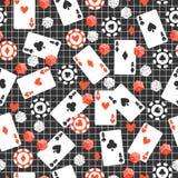 Το άνευ ραφής σχέδιο παιχνιδιών με τις κάρτες, τσιπ πόκερ, χωρίζει σε τετράγωνα στο αρχικό σκοτεινό υπόβαθρο ελεύθερη απεικόνιση δικαιώματος