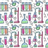 Το άνευ ραφής σχέδιο του διακοσμητικού χρώματος συρμένου χέρι χημικού εξοπλισμού πειράματος εργαστηρίων επιστημονικού απομόνωσε τ ελεύθερη απεικόνιση δικαιώματος