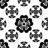Το άνευ ραφής τυποποιημένο λουλούδι Sakura, συμβολίζει την άφιξη της άνοιξη, τα ιαπωνικά σύμβολα, μαύρα στο άσπρο υπόβαθρο Στοκ Εικόνες