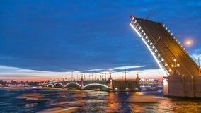 Το άνοιγμα της γέφυρας τριάδας timelapse και των σκαφών αναψυχής είναι στον ποταμό Neva στην Άγιος-Πετρούπολη, Ρωσία απόθεμα βίντεο