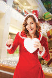 Το δάπεδο τζακιού Χριστουγέννων γυναικών Santa φυλλομετρεί επάνω στοκ φωτογραφία με δικαίωμα ελεύθερης χρήσης