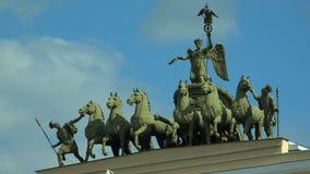 Το άρμα πέρα από την αψίδα του Γενικού Επιτελείου Το τετράγωνο παλατιών Άγιος-Πετρούπολη 4K απόθεμα βίντεο