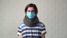 Το άρρωστο άτομο φορά τη μάσκα απόθεμα βίντεο
