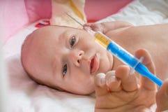 Το άρρωστο μωρό είναι με πρωταγωνιστή στη σύριγγα με το εμβόλιο ανοσοποίησης Στοκ φωτογραφίες με δικαίωμα ελεύθερης χρήσης