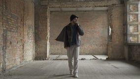 Το άρρωστο vagrant ψάχνει τα τρόφιμα, ντύνει στο εγκαταλειμμένο κτήριο φιλμ μικρού μήκους