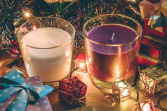 Το άσπρη και ιώδης κερί, η διακόσμηση και τα Χριστούγεννα διακοσμούν για τη νύχτα και καλή χρονιά Χαρούμενα Χριστούγεννας Στοκ Εικόνες
