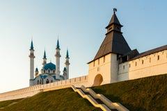 Το άσπρος-πέτρινα Κρεμλίνο και το μουσουλμανικό τέμενος Kul Σαρίφ Kazan Ρωσία Στοκ φωτογραφίες με δικαίωμα ελεύθερης χρήσης
