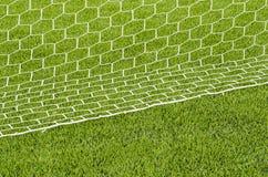 Το άσπρο δίκτυο που χαρακτηρίζει στο τεχνητό πράσινο γήπεδο ποδοσφαίρου χλόης Στοκ Φωτογραφίες