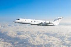 Το άσπρο αεροπλάνο πετά το ύψος, επίπεδο πτήσης υψηλό στον ουρανό επάνω από το μπλε ουρανό σύννεφων Στοκ φωτογραφία με δικαίωμα ελεύθερης χρήσης